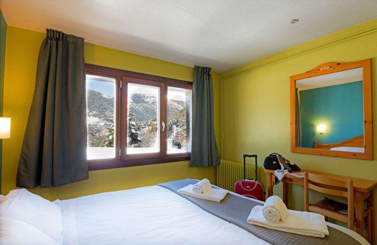 chambre avec lit double et fenetre