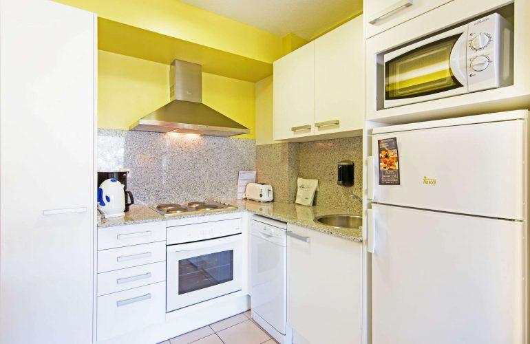 cuisine amenagee et equipee dans l hebergement pour amis et familles nombreuses