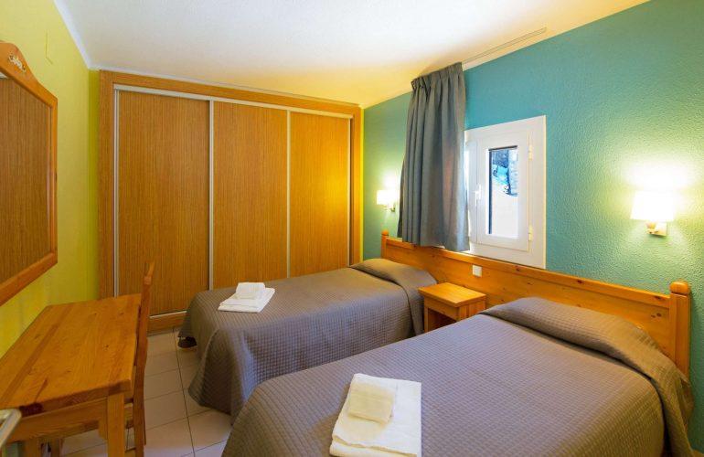 un dortoir double avec deux lits individuelles