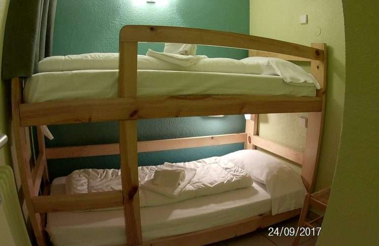 chambre petite avec lit a etage