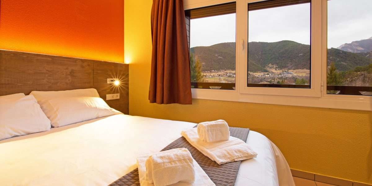 chambre avec lit double et lits faites
