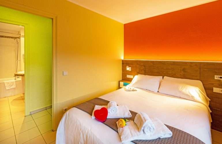 dortoir principal avec lit double et lits faits